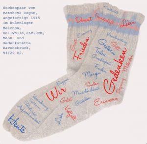 Quellenangabe: Sockenpaar von Batsheva Dagan, angefertigt 1945 im Außenlager Malchow; Zellwolle, 26x19 cm, Mahn- und Gedenkstätte Ravensbrück V4129 B2